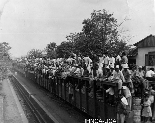 people on top of train cars Nicaragua ferrocarril